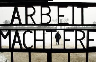 """Ворота бывшего нацистского концентрационного лагеря Заксенхаузен с надписью """"Работа освобождает"""", 2007 год"""