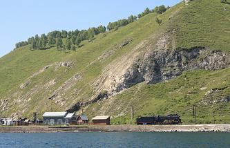 Железнодорожная станция на берегу озера Байкал