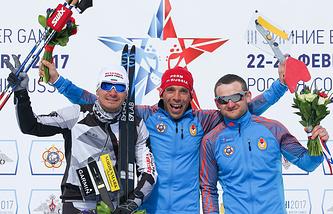 Болгарский спортсмен Станимир Беломажев, российские спортсмены Эдуард Хренников и Владимир Игнатов (слева направо), завоевавшие медали в мужском спринте на соревнованиях по ориентированию на лыжах