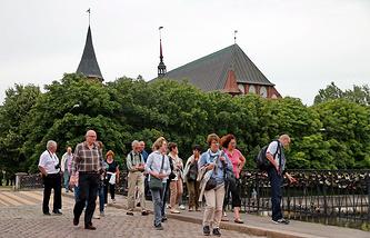 Туристы у Кафедрального собора в Калининграде, 2016 год