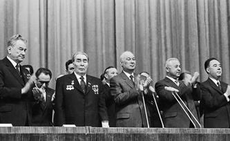 После инцидента на авиазаводе Леонид Брежнев не мог поднять руки даже для аплодисментов. На фото - торжественное заседание в Ташкенте, 25 марта 1982 года