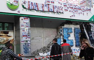 Работы по освобождению от заградительных блоков, наклеек и надписей офиса центрального отделения дочернего банка Сбербанка России, Киев, 28 марта