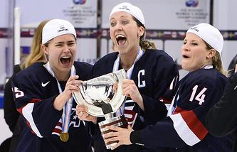 Хоккеистки сборной США после победы в финале чемпионата мира 2015 года