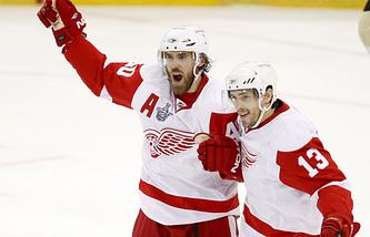 Хенрик Зеттерберг и Павел Дацюк в матче плей-офф НХЛ сезона-2007/08