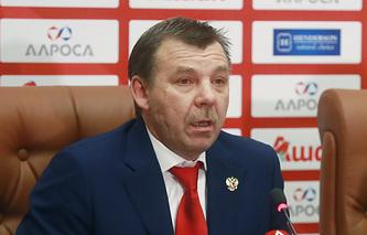 Главный тренер национальной сборной России по хоккею Олег Знарок