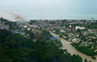 Вид на жилой район Сочи во время наводнения, 25 июня 2015 года