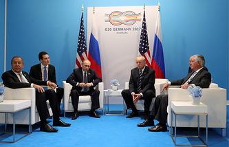 Президент РФ Владимир Путин и президент США Дональд Трамп (слева направо по центру) во время двусторонней встречи на саммите G20