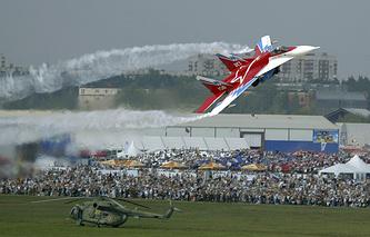 Истребитель МиГ-29ОВТ во время выступления на МАКС-2007