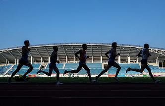Спортсмены во время финального забега на дистанции 5000 м среди мужчин на чемпионате России по легкой атлетике - 2017 в Жуковском