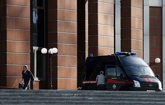 Машина Следственного комитета РФ у здания Мособлсуда, где произошла перестрелка