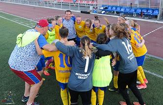 Подмосковные футболистки празднуют победу на Спартакиаде