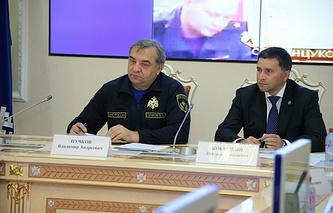 Глава МЧС России Владимир Пучков (слева) и губернатор ЯНАО Дмитрий Кобылкин