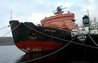 """Атомный ледокол """"Арктика"""", первым из надводных судов побывавший на полюсе"""