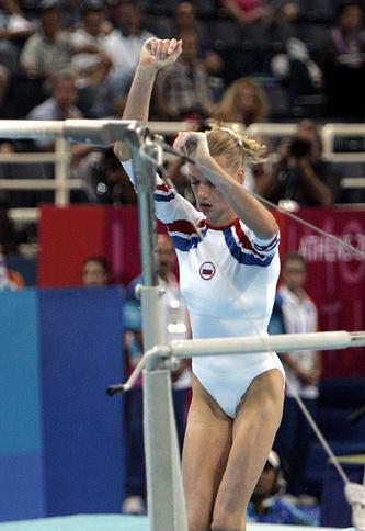 Во время выступления на брусьях в индивидуальном финале на Олимпийских играх в Афинах, 2004 год