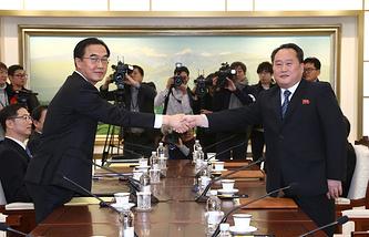 Министр Южной Кореи по делам объединения Чо Мён Гюн и председатель Комитета по мирному объединению Кореи Ри Сон Гвон