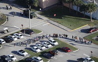 Учеников школы Marjory Stoneman Douglas выводят в безопасное место, 14 февраля