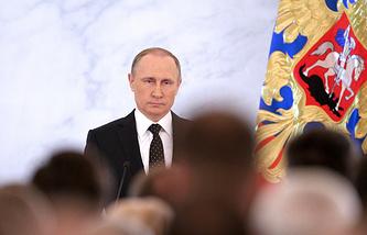 Президент России Владимир Путин во время выступления с ежегодным посланием к Федеральному Собранию РФ в Кремле, 2015 год
