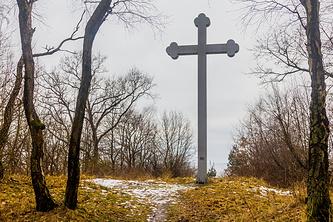Крест на предполагаемом месте гибели епископа Пражского Войцеха