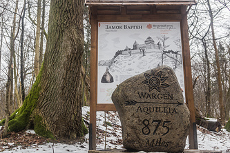 Путевой камень у замка Варген