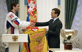 Капитан сборной России Алексей Морозов и Дмитрий Медведев на церемонии награждения команды в Кремле после победы на ЧМ-2008