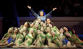 Ирина Винер-Усманова во время выступления гимнасток на спектакле-шоу, посвященном 80-летию Всероссийской федерации художественной гимнастики, 2015 год