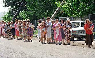 Заложники, выпущенные из буденновской больницы, 1995 г.Фото ИТАР-ТАСС/ Сергей Величкин