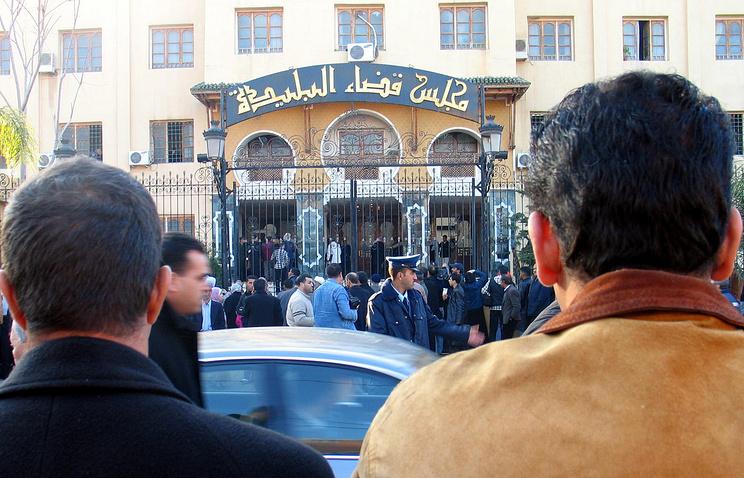 A crowd gathers outside the Blida courtroom, west of Algiers, at the start of disgraced Algerian millionaire Abdelmoumene Rafik Khalifa, Monday Jan .8, 2007