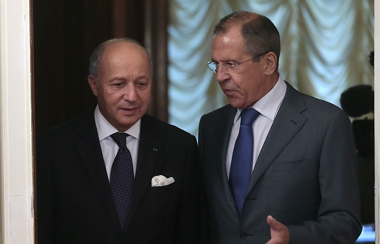 Russian Foreign Minister Sergei Lavrov (R) with French Foreign Affairs Minister Laurent Fabius (L)