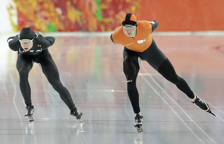 Sven Kramer of the Netherlands (R) set a new Olympic redord in men's 5,000 m Speedskating