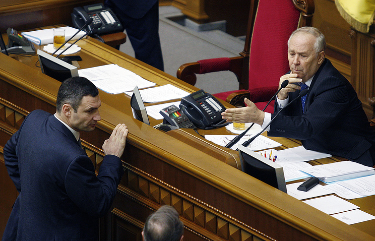 Udar Party leader Vitali Klitschko (L) and Verkhovna Rada (Ukrainian Parliament) chairman Vladimir Rybak at a Verkhovna Rada plenary meeting