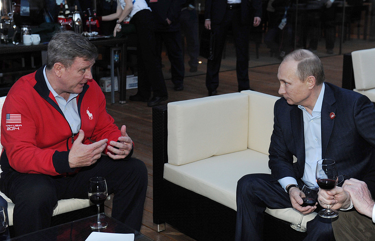 Vladimir Putin (R) talking to US Olympic Committee CEO Scott Blackmun