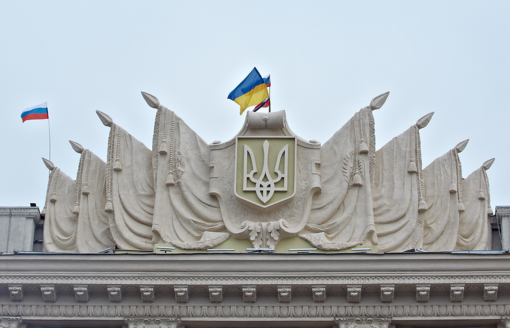 Ukrainian and Russian flags seen on a building in Ukraine's Kharkiv (archive)