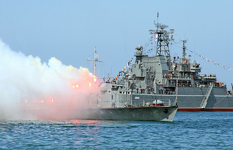 Yamal landing ship (background) seen during military parade in Sevasropol (archive)