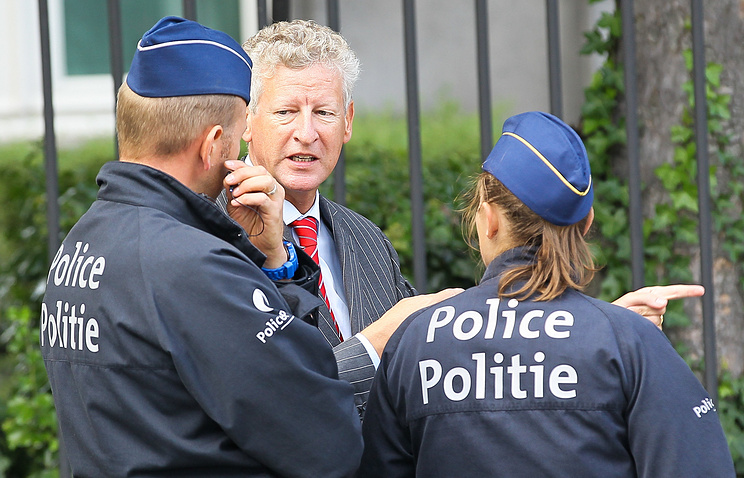 Police officers talking to a citizen in Brussels (archive)