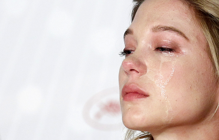 French actress Lea Seydoux cries at a press conference for La Vie d'Adele (archive)