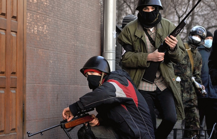 Protesters using air rifles in the clashes with riot police (archive)