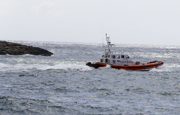 A Coast Guard boat leaves the harbor of the island of Lampedusa (archive)