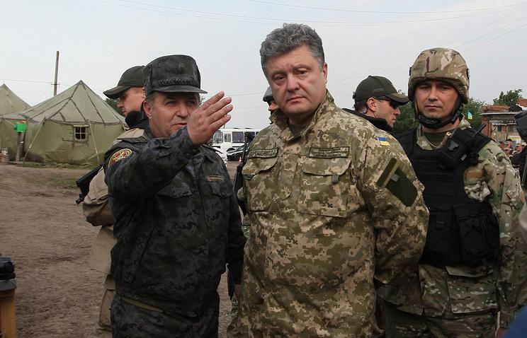 Ukraine's President Pyotr Poroshenko (center)