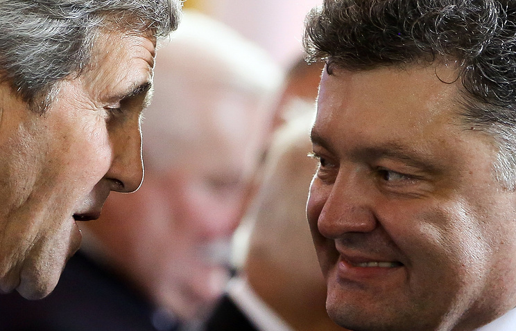 Ukrainian President Petro Poroshenko (right) and US Secretary of State John Kerry