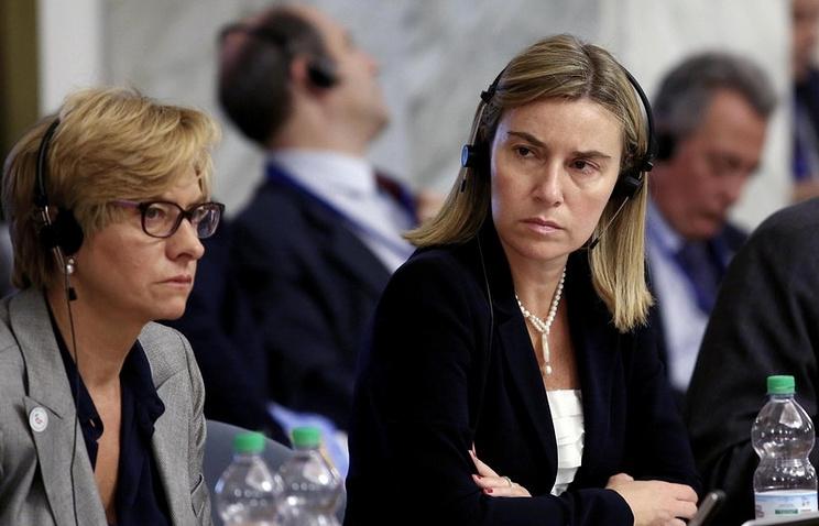 Italian Foreign Minister Federica Mogherini (R)