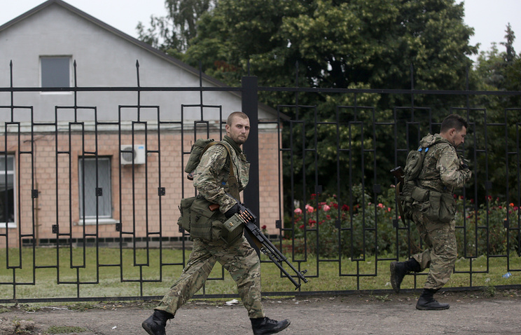 Armed men in Luhansk