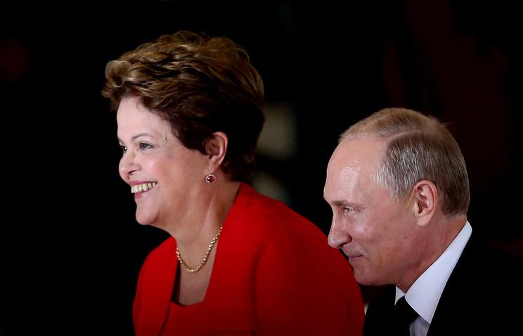 Brazilian President Dilma Rousseff (L) welcomes her Russian counterpart Vladimir Putin (R) at Planalto Palace in Brasilia, Brazil,