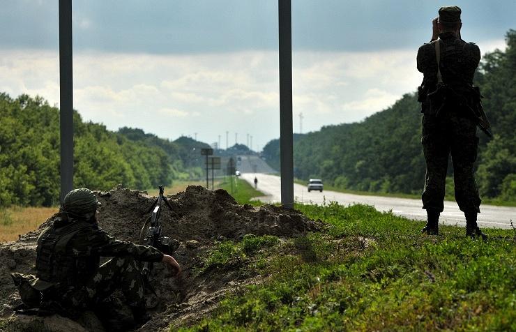 Russian border guards near the Novoshakhtinsk border-crossing point