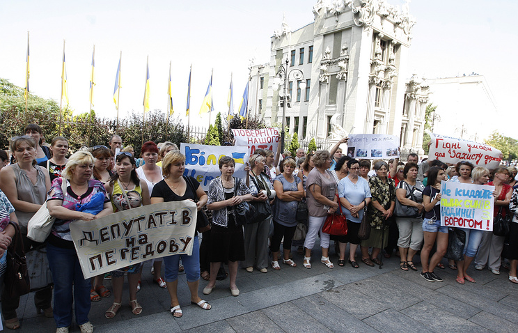 Relatives of soldiers and officers taking part in the army's operation in eastern Ukraine in front of the presidential administration office in Kiev Jul. 16