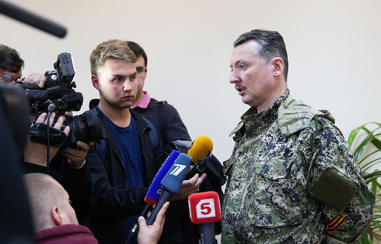 Defense minister of the self-proclaimed Donetsk People's Republic Igor Strelkov (right)