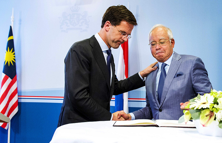Malaysian Prime-Minister Najib Razak (R) and Dutch Prime Minister Mark Rutte
