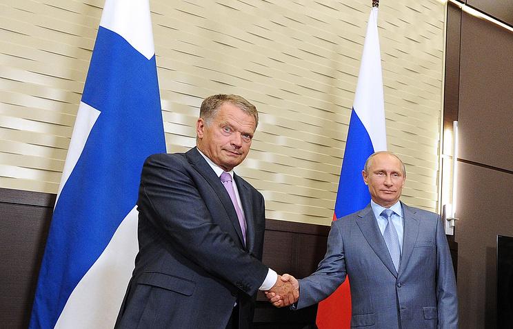 Russian president Vladimir Putin (R) and Finnish president Sauli Niinisto