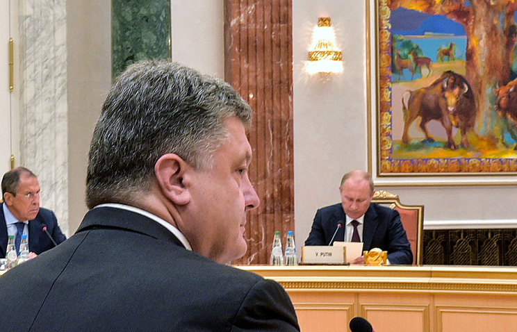 Vladimir Putin (right, background) and Petro Poroshenko (center, foreground)