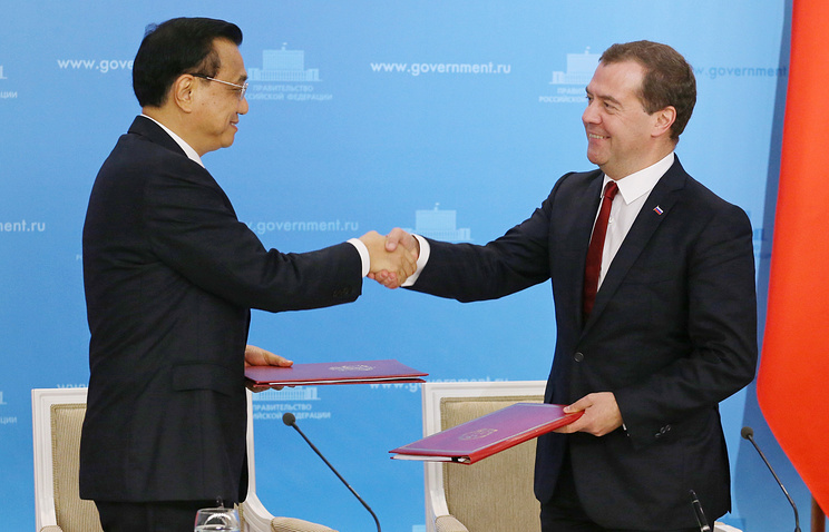 Chinese Premier Li Keqiang (L) and Russian Prime Minister Dmitry Medvedev (R)