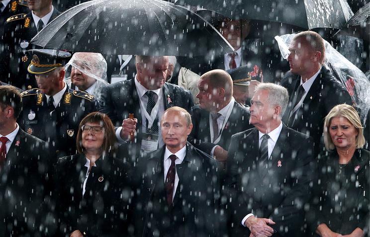Vladimir Putin and Tomislav Nikolic at a military parade in Belgrade